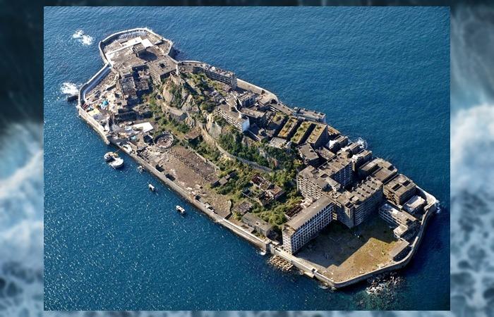 사진: 영화 군함도의 실화가 있었던 일본의 하시마섬을 상공에서 본 모습. 실제로 군함처럼 생긴 군함도이다. [일본 군함도 - 뜻과 유래]