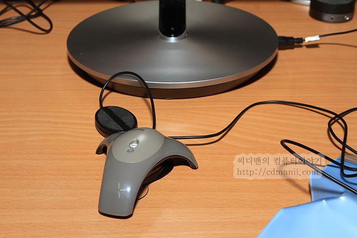 SB970 사용기, 삼성 모니터 SB970 사용기, IT, SB970, 모니터, PLS, IPS, 사용기, 리뷰, 후기, 화질, 사진, 우수성, 삼성, samsung, WQHD, DVI, MHL, HDMI,삼성 모니터 SB970을 사용하기 전에 이미 한번 본적이 있습니다. 화질의 우수성 그리고 디자인적인 부분이 괜찮은 모니터였죠. 이번에는 직접 사용을 해봤습니다. 실제로 이 모니터를 써보면서 느낀점들이 좀 있네요. 이번시간에는 제가 삼성 모니터 SB970을 사용해보면서 발견한 사소한 팁들이나 알아둬야할점을 말하도록 하겠습니다. 먼저 이 모니터 경우 후면 디자인을 상당히 생각했습니다. 모니터를 사용할 때 손님이 와서 볼 때에는 모니터의 뒷면을 보게 되니 그 뒷부분까지 신경을 쓴것이죠. 통풍구와 스펙표가 붙어있고 인터페이스가 바로 보이는 그런 모니터와 차별화를 하려고 했죠. 그리고 스텐드는 높이를 조절할 수 있고 틸트가 되도록 했는데 그 외에 모니터 거치대도 은색으로 하여서 후면의 검은색 부분과 대비가 되어서 더 깔끔하게 했습니다. 물론 디자인적인 부분은 이렇구요.  화질적인 측면을 보자면 PLS패널을 사용했고 해상도가 WQHD이므로 사진작업용이나 그래픽용으로 사용하면 상당히 좋은 모니터입니다. 그리고 하드웨어 캘리브레이터 칩을 내장하고 있어서 처음에 모니터가 교정되어 나오긴 하지만, 임의로 자신의 환경에 맞게 다시 캘리브레이션을 할 수 있습니다. 하드웨어 방식이므로 속도가 빠르다는 장점이 있죠. 그런데 캘리브레이터로 교정할 때 지원하는 항목이 지정되어있으므로 그것으로 교정이 가능 합니다. 평균이하 수준의 기기는 일부러 배제를 해서이죠. 물론 기본값으로 나온상태에서도 쓰는것은 나쁘지 않아보입니다. 물론 밝기는 공장초기값에서 좀 조정해서 써야할듯합니다. 처음에 너무 밝더군요. 참고로 출고전에 1:1 캘리브레이션 작업을 이미 해서 나오므로 색 부분에 있어서의 화질은 상당히 괜찮습니다.  참고로 DVI로 연결을 해야 QHD 해상도 선택이 가능했습니다. HDMI로 연결하지 풀HD까지만 해상도가 선택이 가능하더군요. 그리고 전면에 강화유리가 있어서 빛반사는 분명 좀 있습니다.