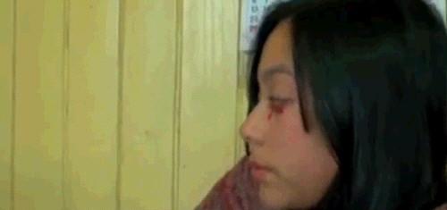 붉은 눈물 흘리는 여성 2