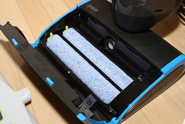 물걸레 청소기, 필립스, 아쿠아 트리오 프로 후기,아쿠아트리오,아쿠아 트리오 프로,IT,인테리어,IT 제품리뷰,물걸레,물필터 청소기,청소기,물청소,물걸레 청소기 필립스 아쿠아 트리오 프로 후기를 올려봅니다. 작동 원리 설명도 드리죠. 처음에 사용하시는 분들은 좀 어려운 장비처럼 느껴질 수 있습니다. 그런데 실제로 사용해보면 상당히 단순하게 되어있습니다. 바닥에 먼지나 오물 음식물 떨어진 것들을 물걸레 청소기로 싹 밀어버리면 좋겠다고 생각하신 분들 있을 겁니다. 필립스 아쿠아트리오 프로는 물걸레로 닦으면서 먼지를 흡입해서 청소하며 먼지를 다시 물에 담아서 바깥으로 전혀 먼지가 나오지 않는 형태의 새로운 물걸레 청소기 입니다. 물걸레질을 통해서 먼지를 흡입하고 후면의 롤러가 다시 물기를 닦아내서 완전하게 청소하는 형태입니다. 그런 이유로 실제로 필립스 아쿠아 트리오 프로 에는 물을 넣어야 합니다. 넣었던 물을 뿌리면서 다시 바닥을 청소하고 이것이 아래에 먼지통으로 몰리게 되는데 검게 나오는 물을 보면서 이렇게 먼지를 다 흡수하는구나 하고 생각되더군요. 깨끗하게만 보였던 바닥을 청소해보니 엄청 뭔가가 나왔습니다.