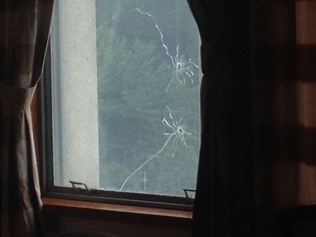 백범 김구 선생의 저격의 유리창 총탄구멍