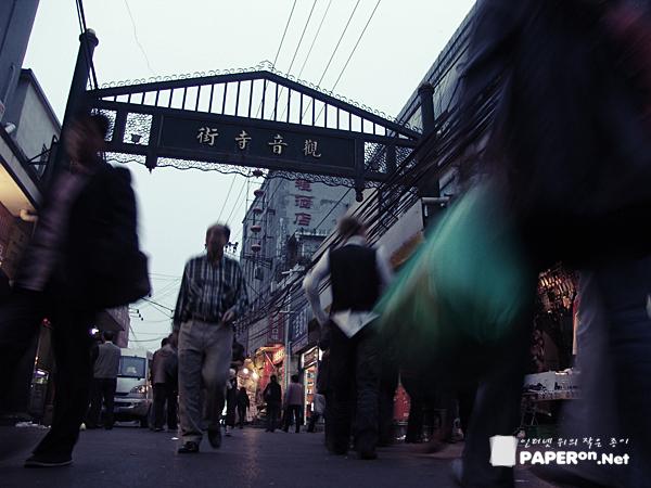 시장 골목을 바쁘게 오가는 베이징 시민들