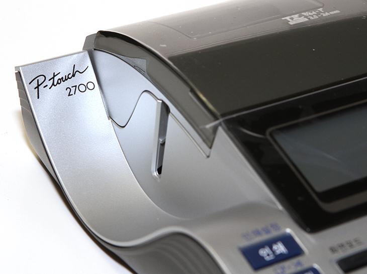 브라더 라벨프린터 ,P-touch 2700, 사용기, 후기,Brother,브라더,라벨프린터,테이프,용지,라벨,서류 정리,IT,IT 제품리뷰,후기,브라더 라벨프린터 P-touch 2700 사용 후기를 올려봅니다. 아이들이 있거나 또는 서류를 많이 정리해야 하는 분들 그리고 악필인 분들은 이 제품이 꼭 필요한데요. 잘 활용하면 무척 편리합니다. 서류가 잘 정리되어 있는 곳에 뭔가 출력해서 스티커로 붙여둔 것을 브라더 라벨프린터 P-touch 2700으로 쉽고 간단하게 출력해서 이용할 수 있는데요. 이것은 레이저로 열을 가해서 글자를 입힐 수 있도록 되어있는 특별한 라벨용지 덕분에 가능 합니다. 제 경우에는 라벨프린터가 하나 더 있어서 참 유용하게 사용했었는데요. 그런데 이제품은 좀 더 크기가 크지만 키보드가 붙어있는 형태여서 바로 사용하기 무척 편리했습니다. 원하는 내용을 그냥 바로 타이핑을 해서 출력하면 됩니다. 화면도 커서 원하는 내용을 바로 편집해서 여러가지 형태로 출력이 가능 했습니다. 브라더 라벨프린터 P-touch 2700은 컴퓨터와 연결하면 더많은 작업을 할 수 있습니다. 더 다양한 양식을 이용해서 출력이 가능하죠. 실제로 사용해보고 맘에 들었던 점은 무척 출력속도가 빠르다는 것 입니다. 바로 타이핑을 하고 출력 버튼을 누르면 거의 바로 결과물을 볼 수 있었습니다.