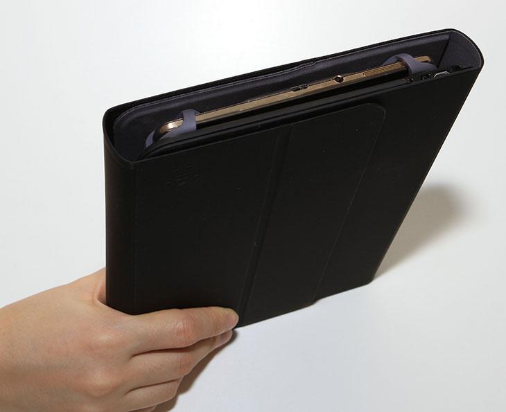 벨킨 7~8인치 태블릿,키보드 케이스 F5L154kr,벨킨,벨킨 키보드 케이스,IT,제품리뷰,IT제품리뷰,후기,사용기,QODE,Portable Keyboard case,belkin,갤럭시 탭S 8.4,아이패드 미니, 케이스,벨킨 7~8인치 태블릿 키보드 케이스 F5L154kr를 소개 합니다. 갤럭시 탭S 8.4와 아이패드 미니를 이 케이스에서 사용해봤는데요. 케이스도 필요하고 키보드도 들고다녀야 한다면 한꺼번에 사용이 가능한 이런 제품이 괜찮습니다. 이 케이스는 이름에서 볼 수 있듯 벨킨 7~8인치 태블릿 키보드 케이스 F5L154kr는 7인치 ~ 8인치 조금 넘는 사이즈 모두 다 지원이 가능 합니다. 9인치 태블릿은 없으므로 7 ~ 8인치대 는 모두 사용가능하다고 보면 됩니다. 근데 왜 이렇게 범용으로 사용이 가능할까요? 그 이유는 늘어나는 지지대 때문입니다. 보통은 딱 맞춰서 끼우는게 보통이지만 이 제품은 고정하는 부분이 늘어나도록 되어있어서 작은 7인치 태블릿은 물론 약간 큰 8인치대 태블릿도 모두 사용이 가능 합니다. 키보드도 적당한 사이즈가 들어있어서 화면을 터치해서 타이핑을 하는것보다는 고속 타이핑이 가능 합니다. 그럼 벨킨 7~8인치 태블릿 키보드 케이스 F5L154kr를 살펴보도록 하죠.