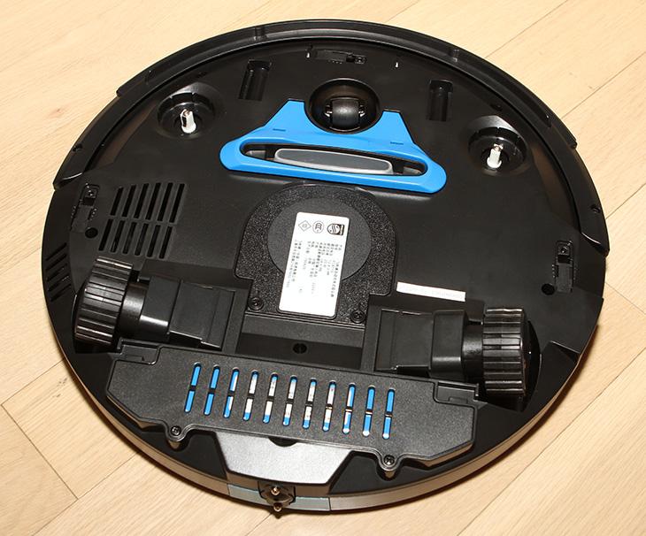 필립스 스마트프로 콤팩트, 로봇청소기, 개봉기, 및, 사용기,필립스,스마트프로 콤팩트,필립스 로봇청소기,IT,IT 제품리뷰,후기,사용기,필립스 스마트프로 콤팩트 로봇청소기 개봉기 및 사용기를 올려봅니다. 좀 더 자세한 사용 소감은 다음글에서 적고 이번은 간단 사용기 입니다. 로봇청소기는 몇가지를 사용해봤지만 이 제품의 가장 큰 특징은 상당히 콤팩트 해졌다는 것 입니다. 두께가 6CM밖에 안되는 필립스 스마트프로 콤팩트 로봇청소기는 침대 밑이나 TV 장식장 등 두꺼운 로봇청소기가 들어가기 힘든 곳까지 들어가서 청소를 합니다. 물론 로봇청소기가 완전히 만능이라고 할 수 는 없습니다. 일반 유선청소기로도 청소를 해야겠죠. 그런데 청소기를 돌리긴 귀찮고 그렇다고 시간내서 청소하긴 시간이 없을 때 필립스 스마트프로 콤팩트 로봇청소기를 켜기만 하면 방과 거실과 부엌을 청소할 수 있습니다. 저는 로봇청소기의 청소 능력을 좀 의심해 왔었는데요. 근데 먼지통에 먼지가 들어있는것을 보고 깜짝 놀랐습니다. 진공청소기로도 자주 청소를 하는편인데도 어디서 그렇게 먼지가 많이 나왔는지 수북한 먼지를 볼 수 있었는데요. 진공청소기로는 청소하기 힘든 숨어있는 공간까지 들어가서 청소하다보니 좀 더 깨끗한 환경을 만들 수 있습니다.