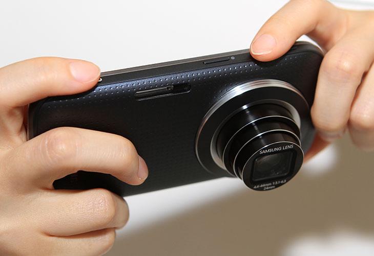 갤럭시줌2, 갤럭시 줌2, 갤럭시, 카메라 성능, 갤럭시 줌2 카메라, 갤럭시 줌2 10배줌, IT, 갤럭시 줌2 10배줌 카메라 성능에 대해서 이야기 해 보려고 합니다. 스마트폰에 카메라의 성능은 상당히 중요합니다. 사용자들이 스마트폰을 선택시 가장 첫번째로 생각하는 부분이 이부분 이니까요. 이 제품은 스마트폰에 카메라를 넣은 형태 입니다. 갤럭시 줌2는 10배줌의 카메라를 넣었는데 그런 이유로 먼거리의 사물을 당겨서 촬영하거나 또는 카메라에 특화된 촬영이 가능하게 되었습니다. 갤럭시 줌2 10배줌은 앞에서 공연이 있을 때 가까이 다가가지 않더라도 망원촬영을 통해서 원하는 앵글의 사진을 찍을 수 있습니다. 물론 스마트폰도 디지털줌으로 확대는 가능하겠으나, 화질이 엄청나게 떨어지게 되죠. 스마트폰을 들고다니면서 사진 부분에서 좀 뭔가 부족함을 느꼈던 분들에게는 구미가 당기는 제품이 될듯합니다.