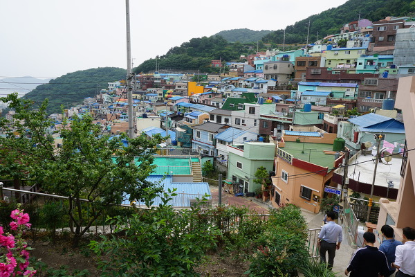 △ 감천문화마을의 전경/김주헌 기자