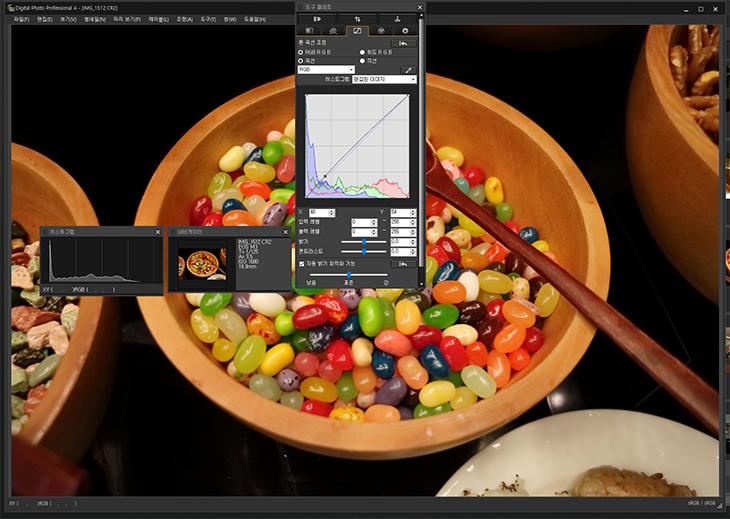 캐논 EOS M3 RAW, CR2 이미지 변환 ,하기,EOS M3 RAW JPEG,EOS M3 RAW JPG,JPG,RAW 변환,카메라,캐논,Canon,사진,IT ,IT 제품리뷰,캐논 EOS M3 RAW CR2 이미지 변환 하기 및 이용하는 방법에 대해서 살펴보겠습니다. 이 카메라로 촬영한 이미지는 포토샵 등에서 바로 읽기가 안되었습니다. 한번 변환이 필요했는데요. 변환하는 과정중에 노이즈를 줄이거나 화이트밸런스를 변경하는 것이 가능 합니다. 캐논 EOS M3 RAW CR2 이미지는 JPEG로 변환되기 전의 모든 정보를 가지고 잇는 파일이므로 고화소로 촬영한 이미지를 보정을 할 때 상당히 중요한 파일입니다. 촬영 조건이 좋지 않아서 화이트밸런스가 맞지 않게 나와도 변경이 가능합니다. 좀 더 정밀하게 이미지를 보완할 때도 가능하죠. 그리고 노이즈가 상당히 많이 생겼을 때에도 노이즈를 제거하는 역할도 쉽게 가능 합니다. 캐논 EOS M3 RAW CR2 이미지를 이용할 때 굳이 작은 이미지로 변환해서 쓴다면 크게 효과를 느끼기 힘들수도 있습니다. 워낙 고화소의 이미지인데 이것을 줄이면 크게 느껴지지 않기 때문이죠. 그렇지만 인쇄물을 출력하거나 또는 사진으로 인화를 할 때에는 상당히 중요한 역할을 하게 됩니다. 정말 사진이 안나왔을 때 보완할때도 중요한 역할을 하게 되죠.