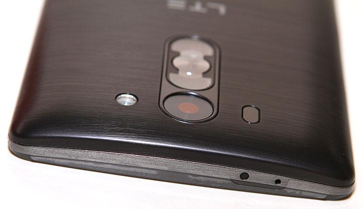 LG G3 비트 개봉기 스펙,LG G3 비트 개봉기 및 스펙에 대한 정보를 적어보려고 합니다. 이외에도 기능에 대한 설명을 곧 이어서 계속 적어보겠습니다. LG G3 를 이야기하지 않을 수 가 없는데요. 왜냐면 모양이 닮았기 때문입니다. LG에서도 각 사용영역별로 제품군을 나누고 있는데요. LG G3 비트는 조금은 좀 더 저렴하면서 기능은 부족하지는 않은 그리고 한손에 쏙 들어오는 그런 디자인의 제품 입니다. LG 지3에서 가장 강점이 되었던  스펙 부분 중 하나가 레이저 AF 입니다. 그런데 이것이 LG G3 비트에도 그대로 적용되어 있습니다. 물론 카메라 화소수는 조금 줄어들긴 했습니다. 하지만 화면 사이즈가 작아지고 해상도가 비교적 낮아진 이유로 그 부분에 대한 차이는 느끼진 못합니다.