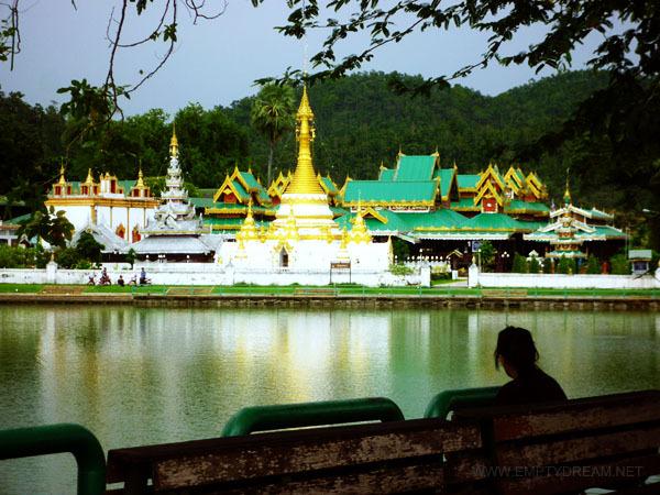 태국은 사원의 나라라고 해도 될 만큼 정말 많은 사원들이 여기저기 널려 있다