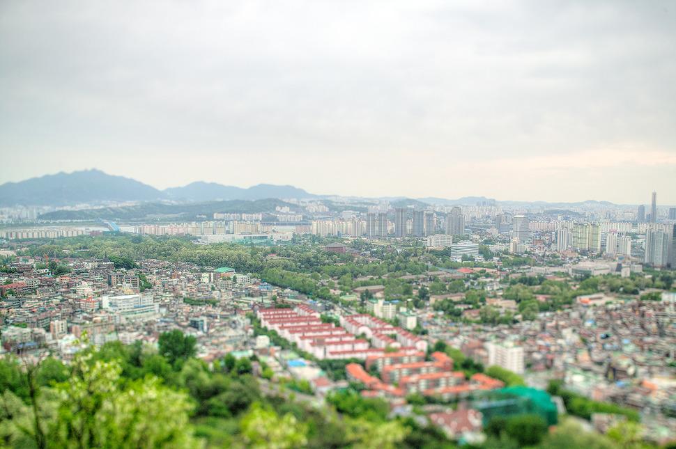 남산에서 내려다본 서울시내 풍경.-회색도시로만 보이던곳이 봄이되니 여기저기 초록이들에 볼만한 풍경이다.
