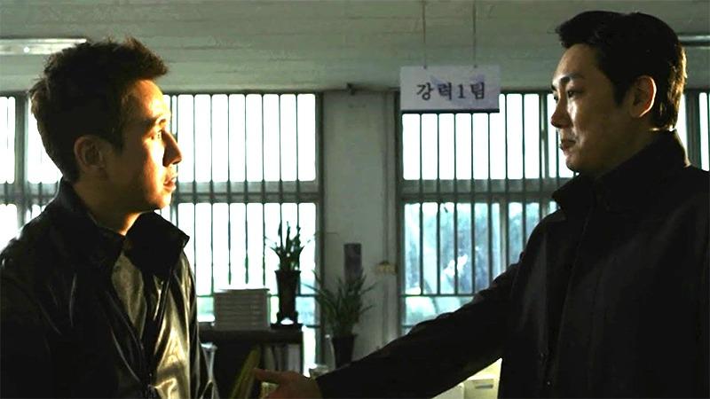 사진: 뒷돈을 받던 비리 형사 이선균과 마약을 파는 부패 형사 조진웅