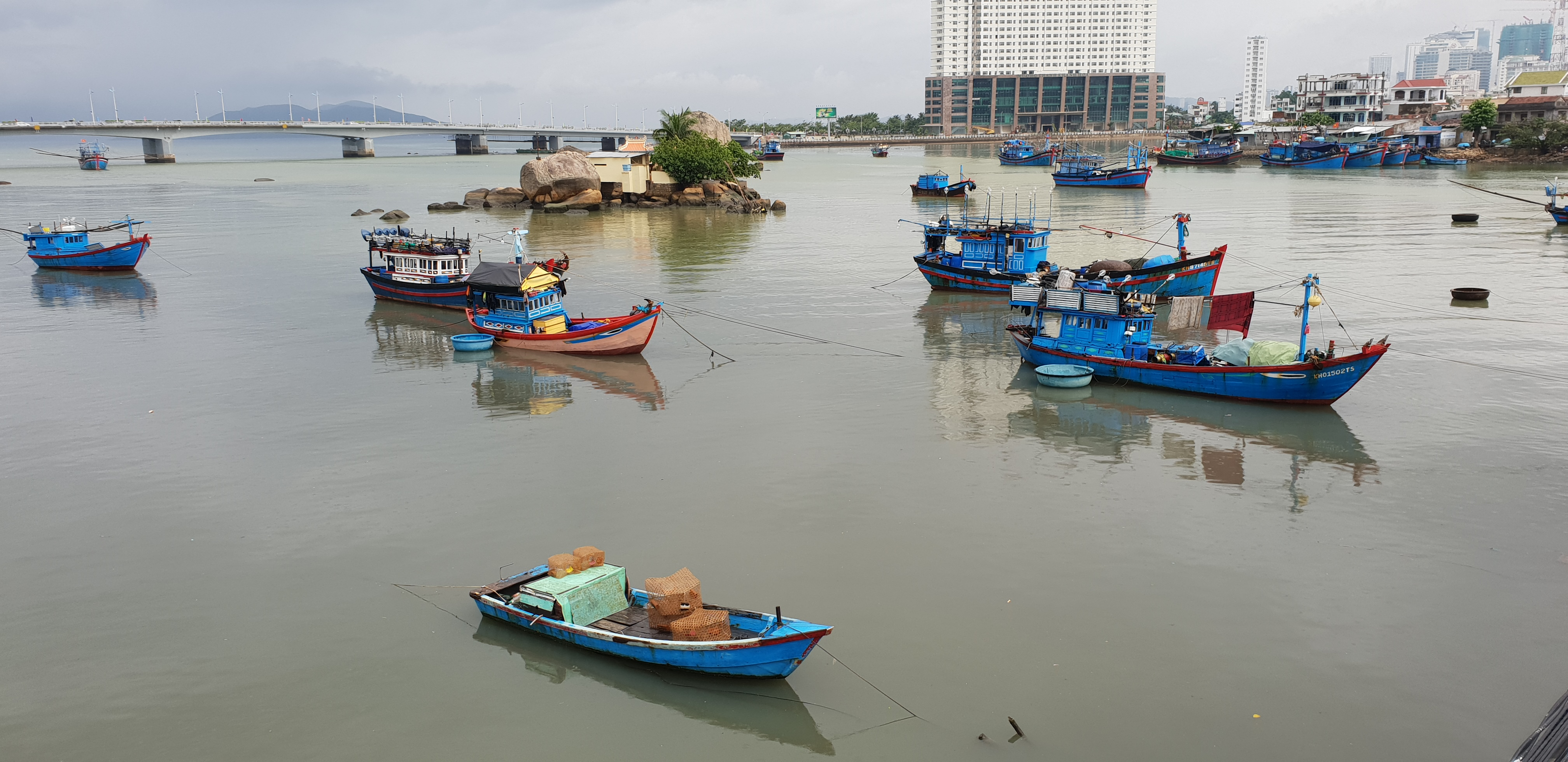 cai 강, [베트남 나짱] 바다와 배를 감상하다, 가건물, 나짱 강, 배 그림, 베트남 강, 베트남 바다, 베트남 배, 사원 구경, 이모, 파란 배