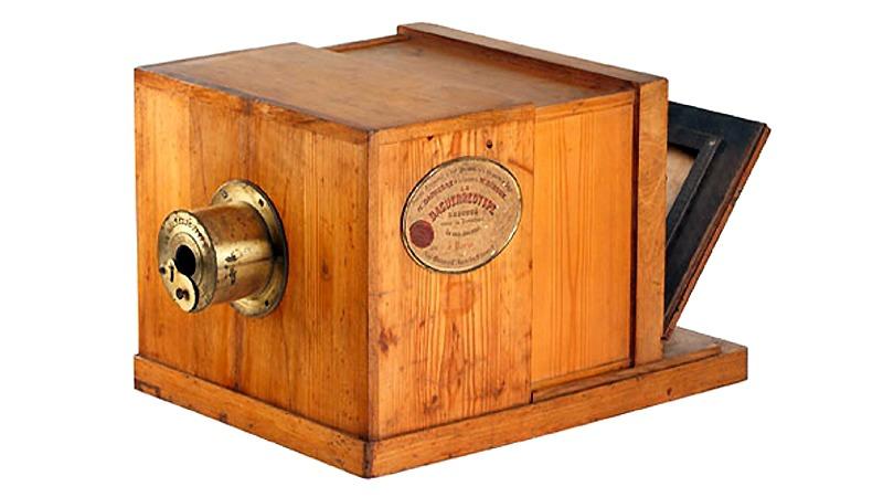 사진: 코닥필름은 1826년 최초의 필름카메라를 만들었다. 사진은 1836년의 다게레오타이프 카메라.