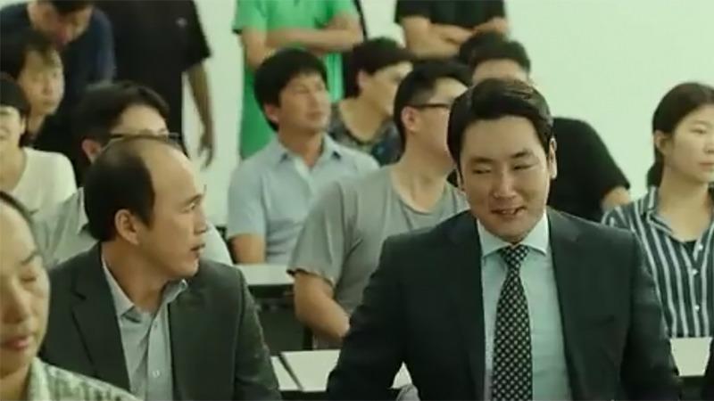사진: 영화 보안관 결말로 가면서 조진웅은 마을 대표로 선출되기까지 한다.