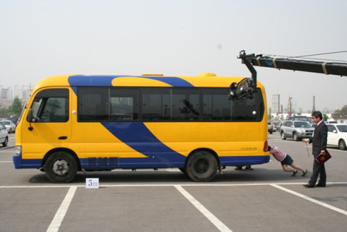 6. Korean record children bus pushing