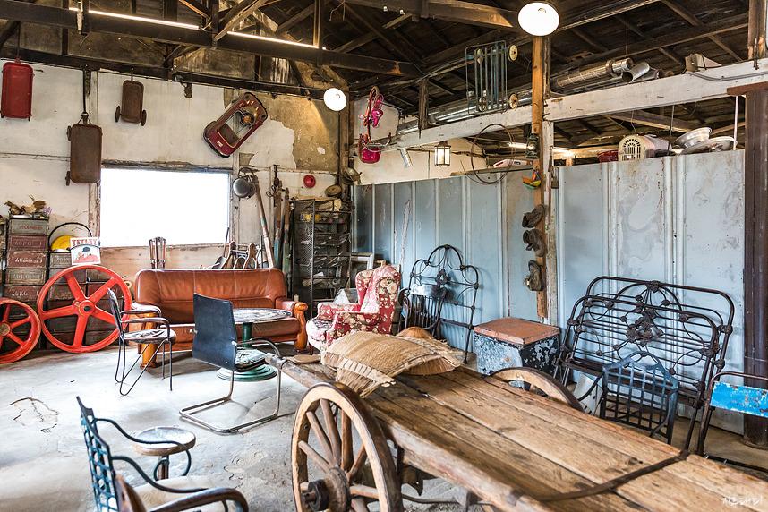 옛 물건들이 가득한 조양방직 카페 공간
