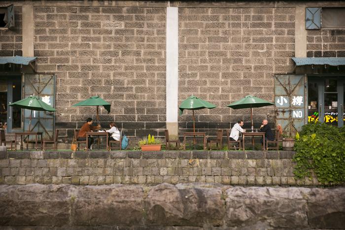 오타루 운하 옆 노천카페에 앉아 있는 두 커플