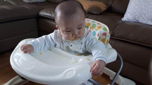 이유식 먹는 아기