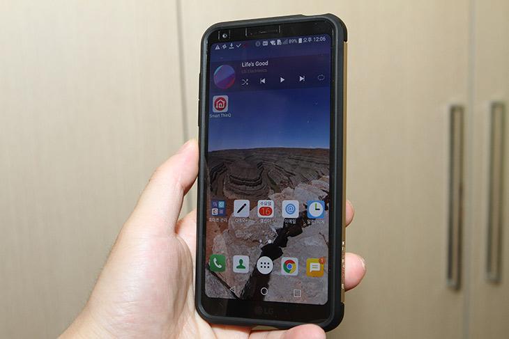 LG G6+, 플러스, 달라진 점 ,무선충전 , 높아진 완성도,IT,IT 제품리뷰,실제로 사용해보면서 느낀점을 적어봅니다. 크게 달라진점은 하나 인데요. LG G6+ 플러스 달라진 점 무선충전 부분 입니다. 그리고 전체적으로 완성도가 좀 더 좋아졌습니다. 128GB의 용량도 마음에 들구요. LG G6+ 플러스 로 이름이 달라지면서 무선충전과 고용량 내장메모리가 사용이 되었습니다. 넓은 화각의 카메라와 높은 수준의 방진방수가 되는 부분은 이전의 모델을 그대로 가져왔죠. 외형적인 사이즈도 달라지진 않았습니다. 덕분에 이전에 쓰던 케이스를 그대로 사용할 수 있긴 하네요. 물론 외형적으로 약간 차이는 생겼습니다.