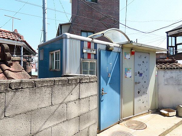 서울 동대문구 이문동 천장산 달동네 공용화장실