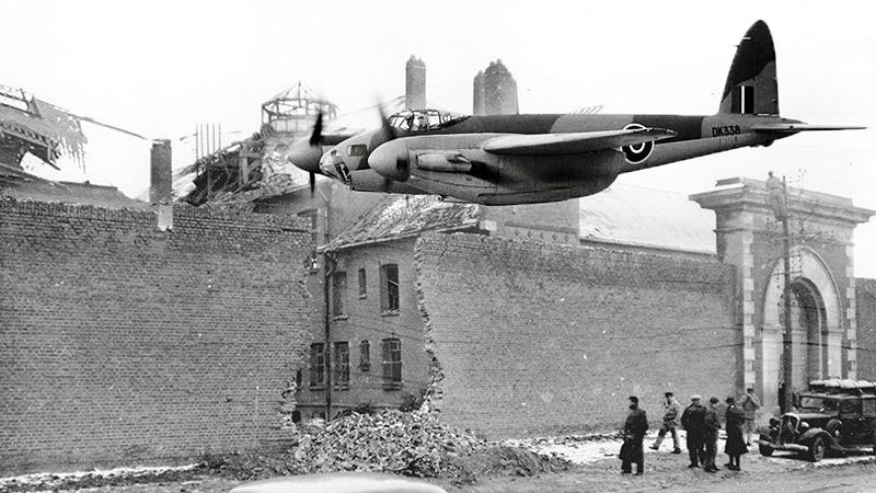 사진: 포격작전의 영국 폭격기 모스키토