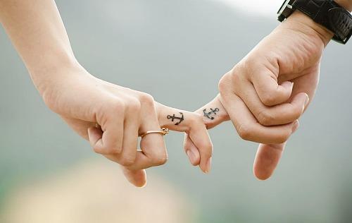 커플 손잡기