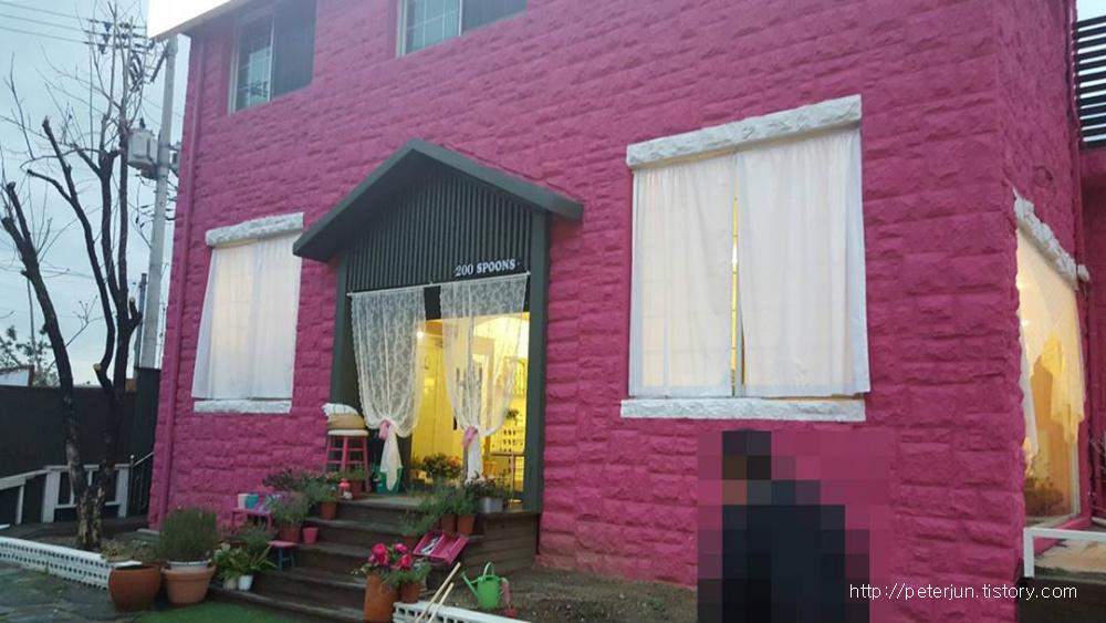 분홍색 건물