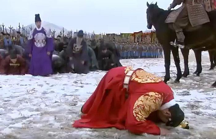 사진: 남한산성(병자호란)을 그린 JTBC의 드라마 한 장면. 인조가 땅에 머리를 박는 장면은 역사적으로 허구지만, 국민들 사이에는 사실로 잘못 알려져 있다. [역사 남한산성 줄거리 4 - 남한산성]
