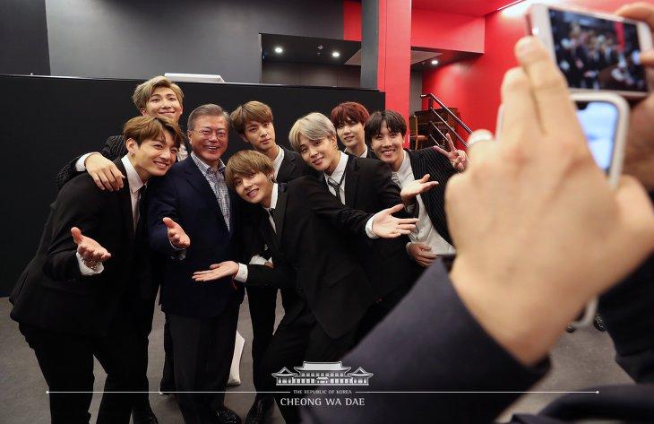 BTS (방탄소년단) 문재인 대통령 부부와 인증샷  한불 우정콘서트