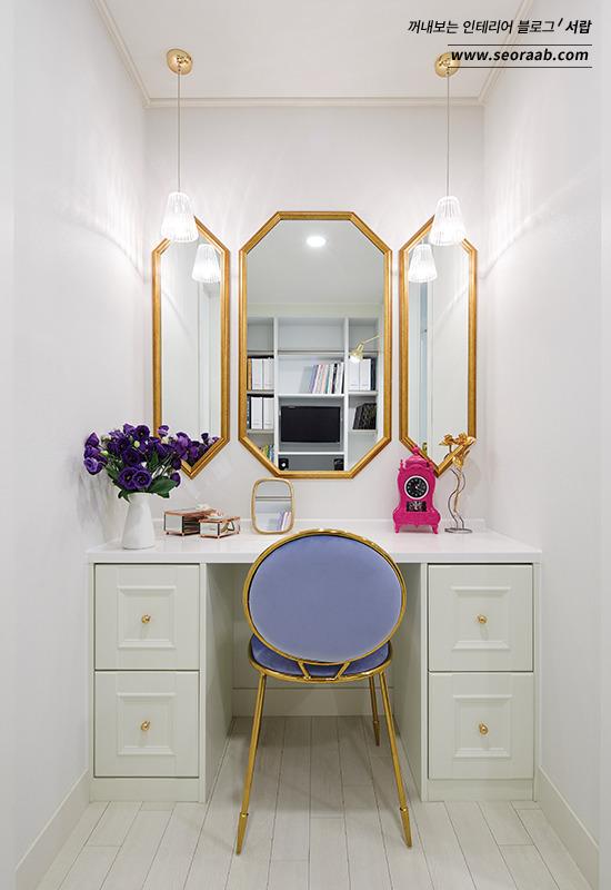 거울 의자 화장대 인테리어