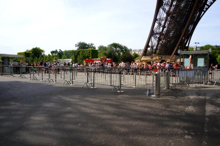 에펠탑 엘리베이터를 기다리는 사람들