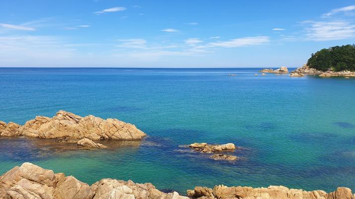 바위와 푸른 바다