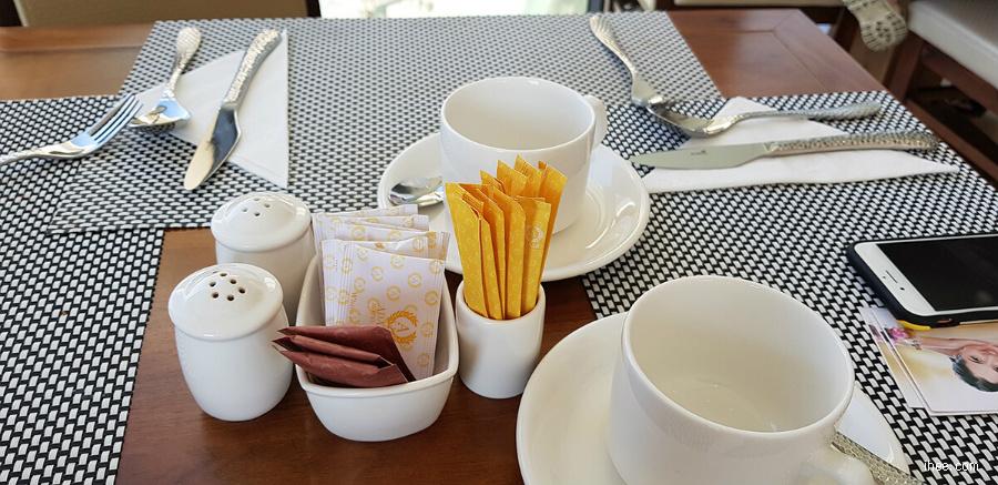 아다모 호텔 조식 식사 식탁
