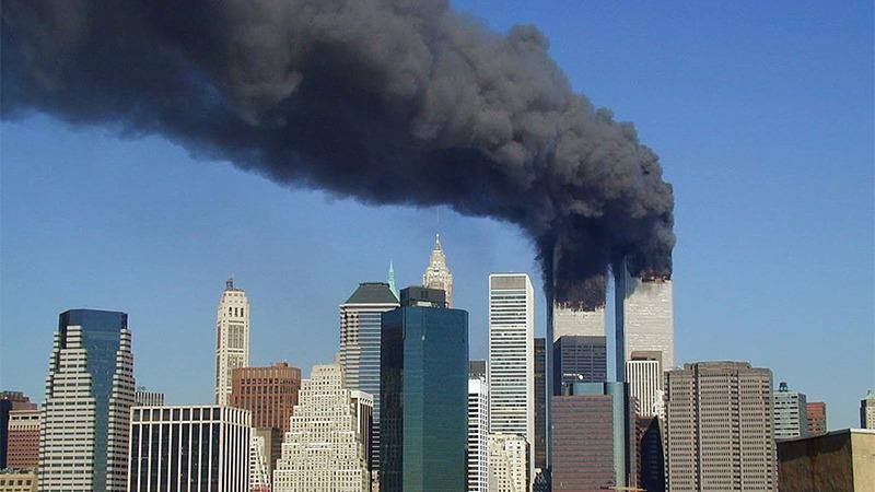 사진: 쌍둥이 빌딩과 비행기 충돌 후 사진. 결국 무너진다
