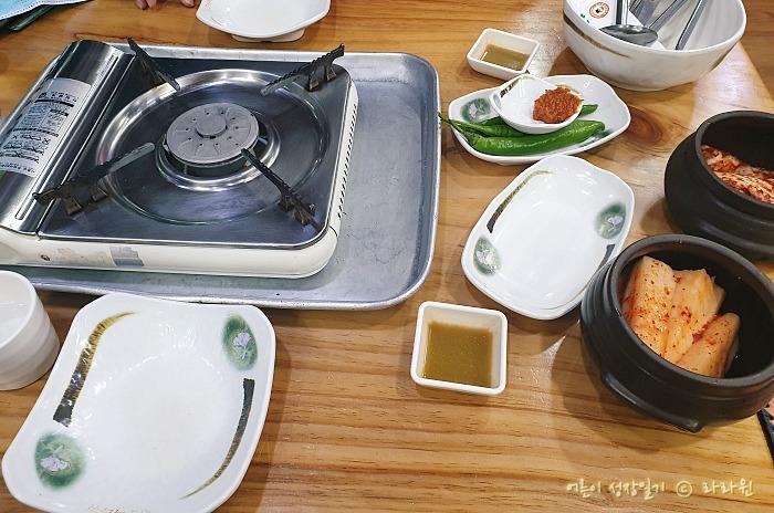 부르스타, 김치, 빈 접시