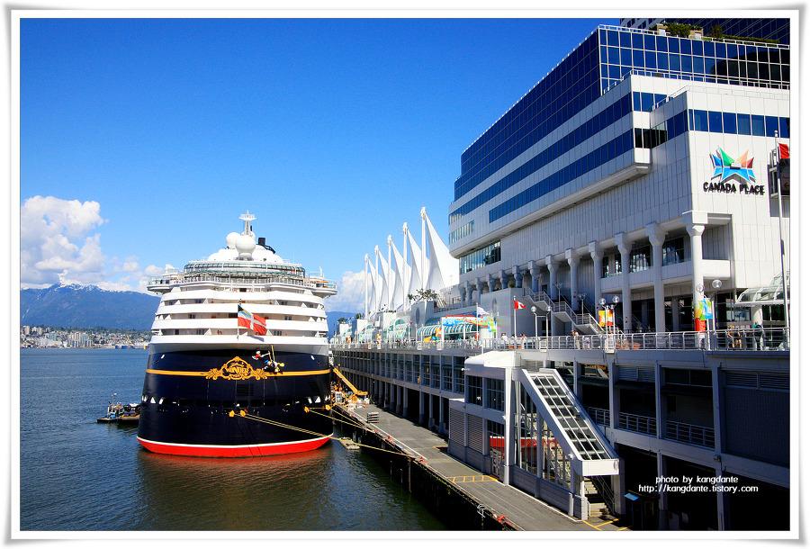 거대한 크루즈 선박이 정박해 있는 캐나다 플레이스(Canada Place)
