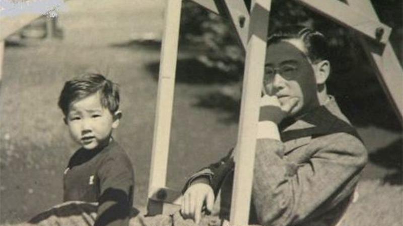 사진: 이우와 그 아들. 얼마 후 그는 원자폭탄에 죽게 된다.