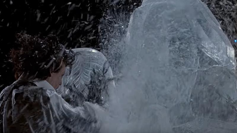 사진: 유명한 가위손의 얼음 조각 눈 날리는 장면