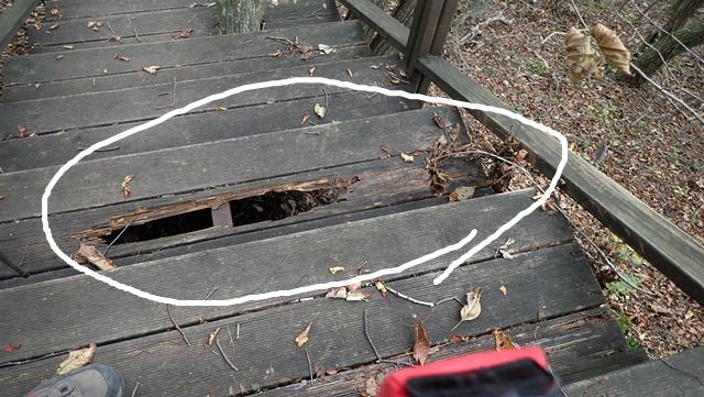 파손된 등산로 계단