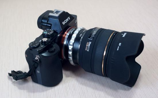 시그마 30mm f/1.4 EX DC HSM 니콘 마운트 렌즈를 소니 A7에 장착했을 때.