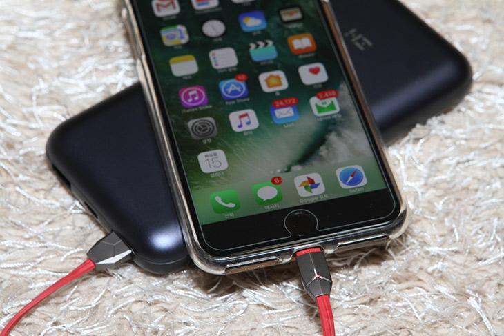 아이폰, 디자인 멋진, 케이블, 오메이 ,아이폰 ,케이블, 스마트링,IT,IT 제품리뷰,깔끔하고 디자인이 멋진데 성능도 좋네요. 아이폰 디자인 멋진 케이블 오메이 아이폰 케이블과 스마트링을 소개하려고 합니다. 케이블은 품질도 상당히 좋은 제품인데요. 아이폰 디자인 멋진 케이블을 많이 찾으실텐데 이런 제품도 좋으니 참고하시라고 올려봅니다. 단자 부분이 금속으로 되어있는데 상당히 멋지네요. 독특한 무늬에 불빛도 들어옵니다. 충전이 되면 깜빡이고 충전이 다 되면 빛이 계속 들어와 있네요. 오메이 스마트링도 같은 디자인으로 되어있는데 깔끔하고 멋지네요. 스마트폰을 자두 떨어뜨리는 분들에게 좋은 제품 입니다.