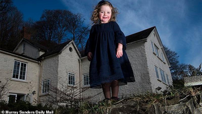 사진: 유령친구를 둔 로잘린은 숲속의 외딴 집에서 살고 있다