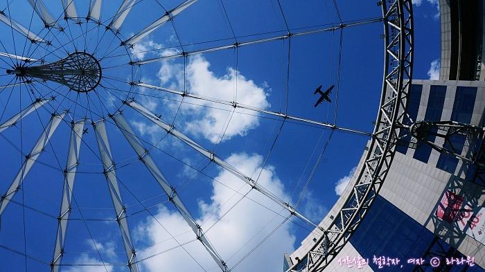 건물 천창 사이로 보이는 비행기