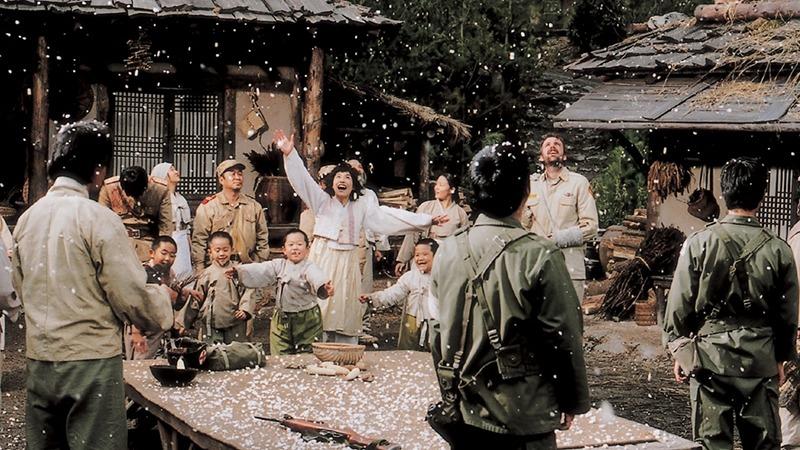 사진: 웰컴투동막골 명장면. 팝콘이 마을에 내리다