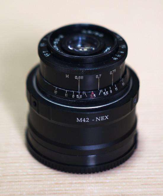 인더스타 50mm f3.5 렌즈를 M42-넥스 어댑터에 장착한 모습.