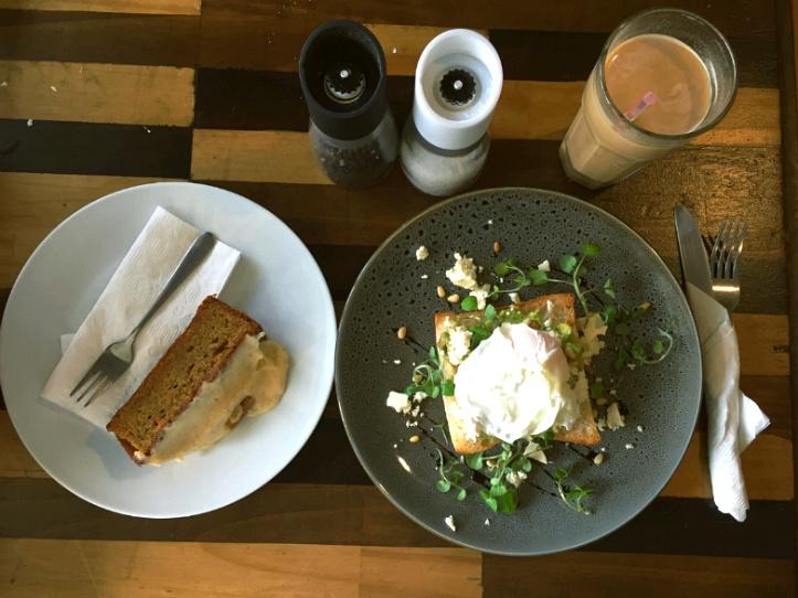 Hedge Espresso - 아보카도 브런치와 당근 케익