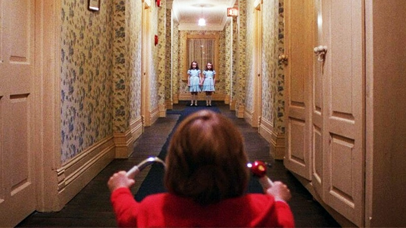 대니 로이드가 쌍둥이 소녀 유령과 마주친다