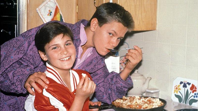 사진: 장남 리버 피닉스와 동생 호아킨 피닉스의 십대 모습. 이들이 가족을 먹여 살렸다.