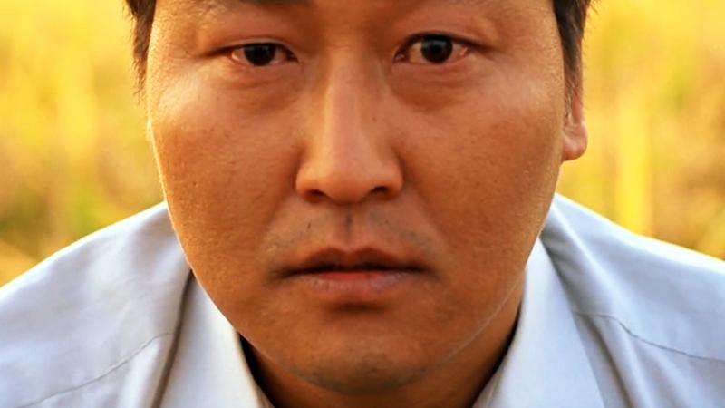 사진: 송강호가 관객석에 앉은 범인을 응시하는 장면